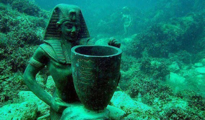 10-real-underwater-cities-Cleopatras-Palace-Alexandria-Egypt-www-thoughtpursuits-com